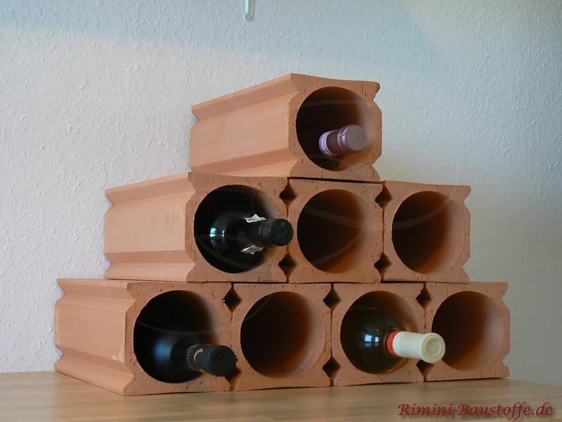 Pyramide aus Weinlagersteinen