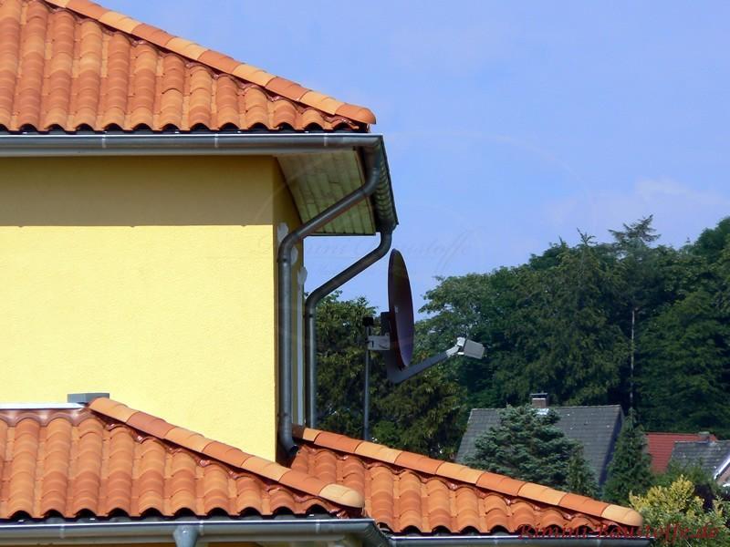 Dachrinne und Wandanschluss beim buntem Dach