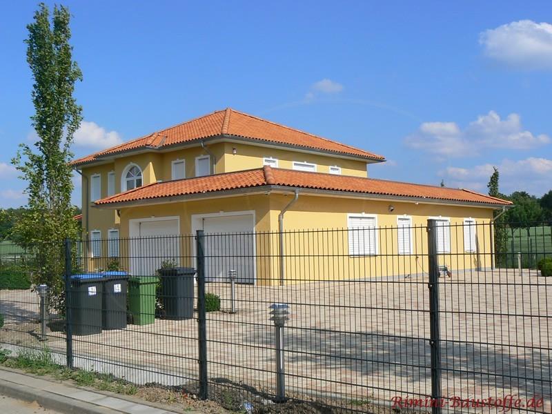 Riesige Stadtvilla in pastelfarben