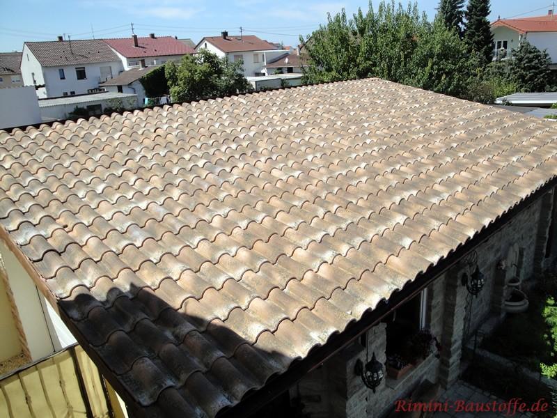 Erdfarbene Dachfläche in rustikaler Optik
