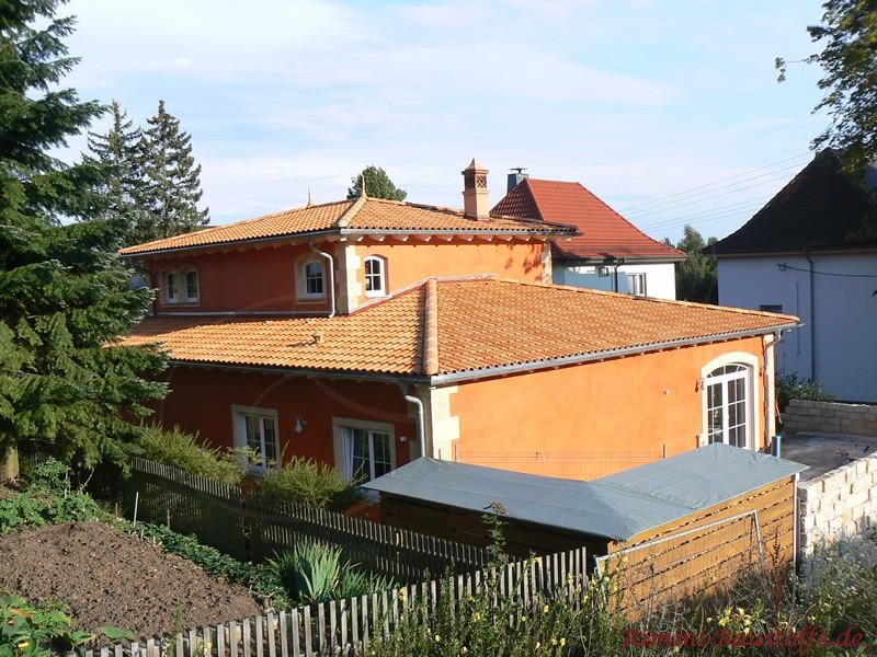 Zweigeschossige Stadtvilla im Stil mediterran. Bunte Ziegel, Ornamentbossen und Sprossenfenster