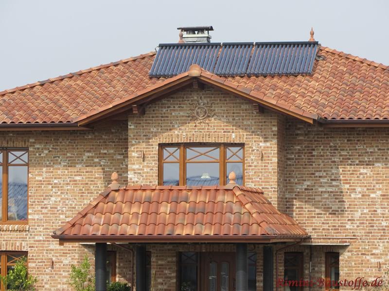 Solaranlage auf einem mediterranen Dach zu einem schönen hellen Klinker