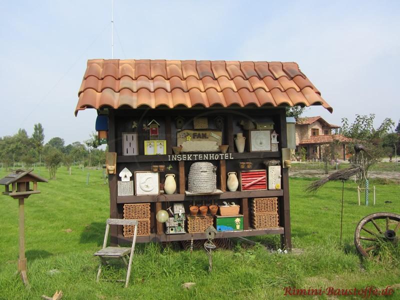 Insektenhotel überdacht mit schönen südländischen Ziegeln mit großem ausgeprägtem Wulst