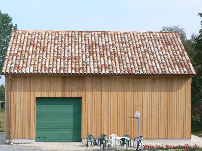 Geräteschuppen mit schöner grüner Holztür und sehr schönem Dach