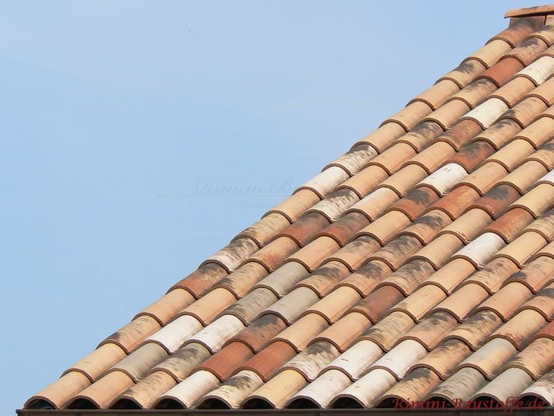 Alt wirkendes Dach durch die Farbgebung in Herbstlaubfarben und dunklen Farbaufträgen
