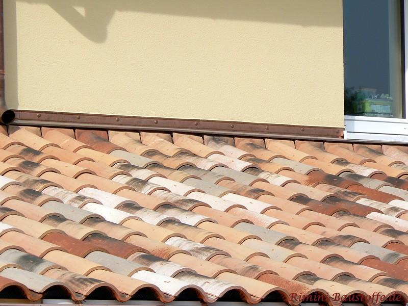 Gut zu sehen hier die Anschlussziegel des Pultdaches an die Fassade