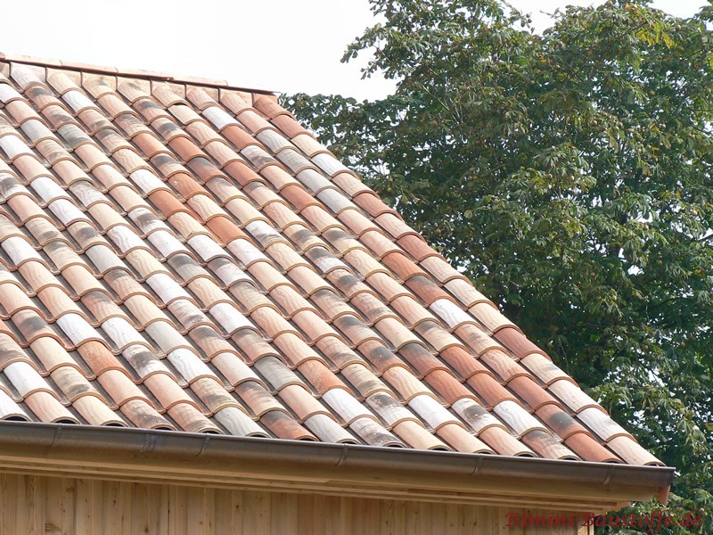 Gartenlaube mit einem sehr schönen Dach in alter Optik passend zur Begrünung im Umfeld