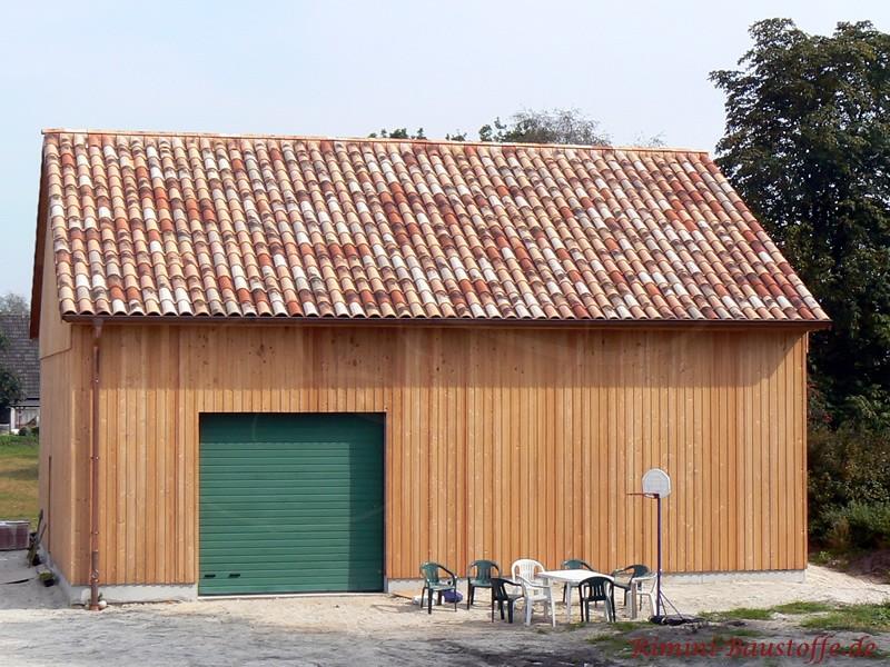 Gartenhaus aus Holz mit schöner großer grüner Holztür