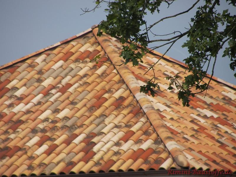 schönes Zeltdach in Herbstlaubfarben. Schöner mediterraner Stil