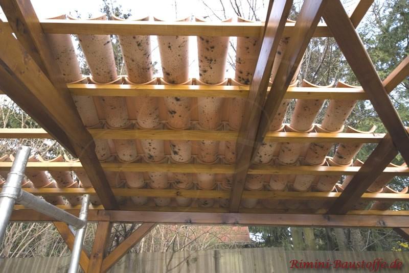 Ein kleines Dach mit Halbschalen eindecken. Auf der Lattung zu verschrauben