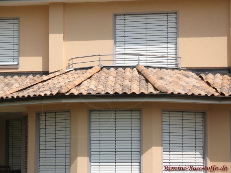 Umlaufender Kranz mit mediterranen Dachziegeln