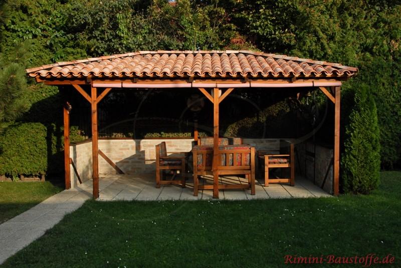 Gartenüberdachung mit mediterranen Dachziegeln für eine Sitzecke
