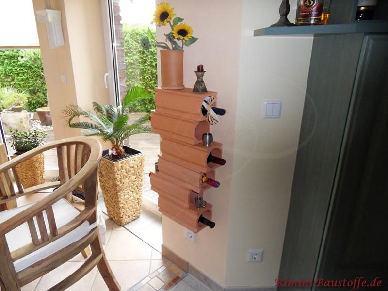 Weinlagersteine an einer Wand montiert