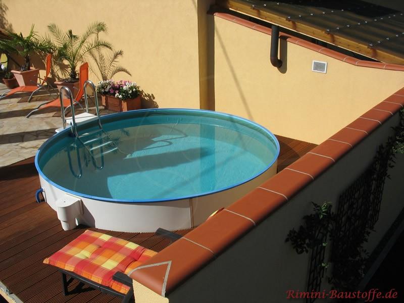Putzmauer mit Abdeckung und Pool