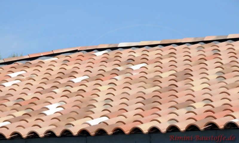 Nahaufnahme des mediterranen Daches mit in sehr schönen Farben