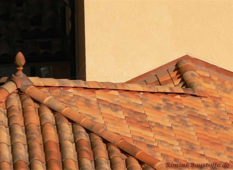 Mediterraner Dachschmuck auf Zeltdach in Herbstlaubcharakter
