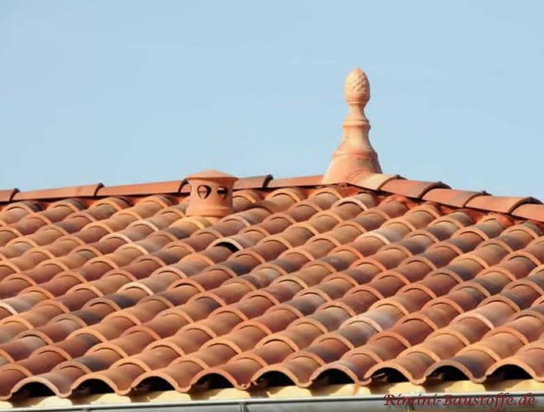Zierspitze auf einem mediterranen Dach