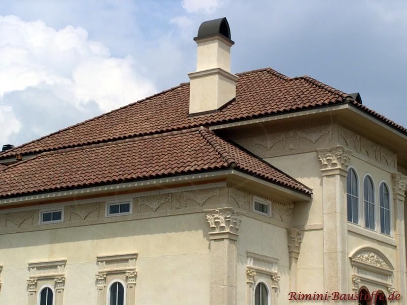 antikes Gebäude mit heller Putzfassade und schönen mediterranen Dachziegeln