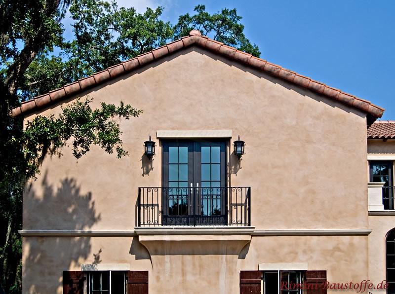 Seitenansicht eines Hauses mit mediterranen Dachziegeln