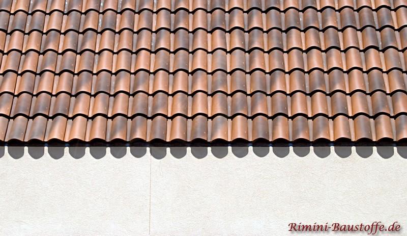 Nahaufnahme eines Hauses mit weißem Putz und schönen braunen Dachziegeln