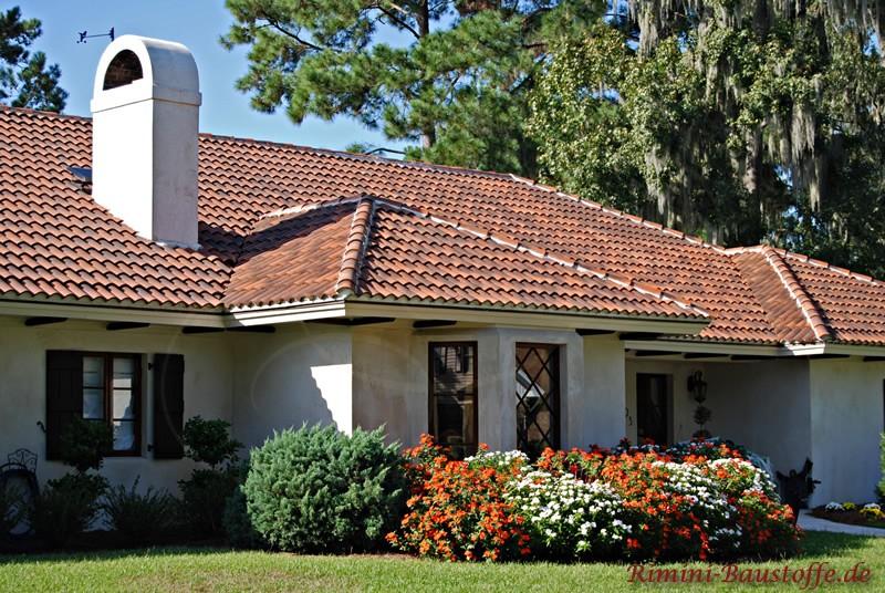 schönes Haus mit weißem Putz und rot-braunen mediterranen Dachziegeln
