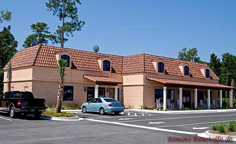 Gebäude mit heller warmer Putzfassade und schönem Dach