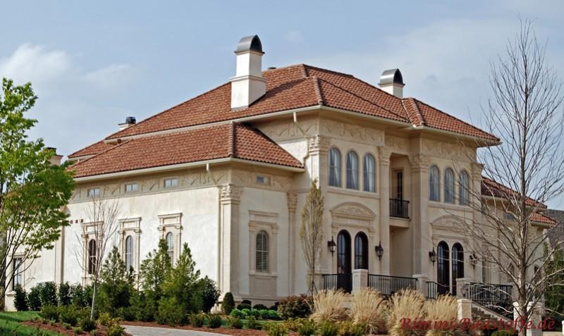 antikes Gebäude mit heller Putzfassade und rotem mediterranem Dach