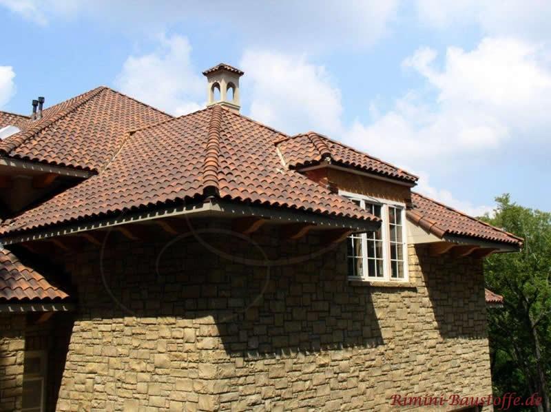 Ansicht eines modernen Hauses mit mediterranen Dachziegeln