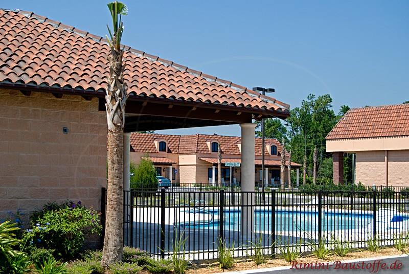 Haus in südländischem Stil mit Pool und Palmen