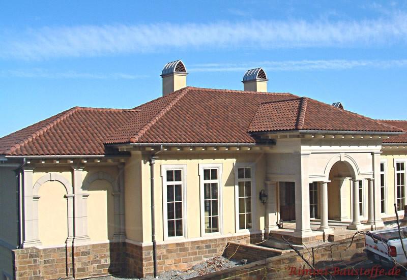 moderne Villa mit heller Putzfassade und passenden mediterranen Dachziegeln