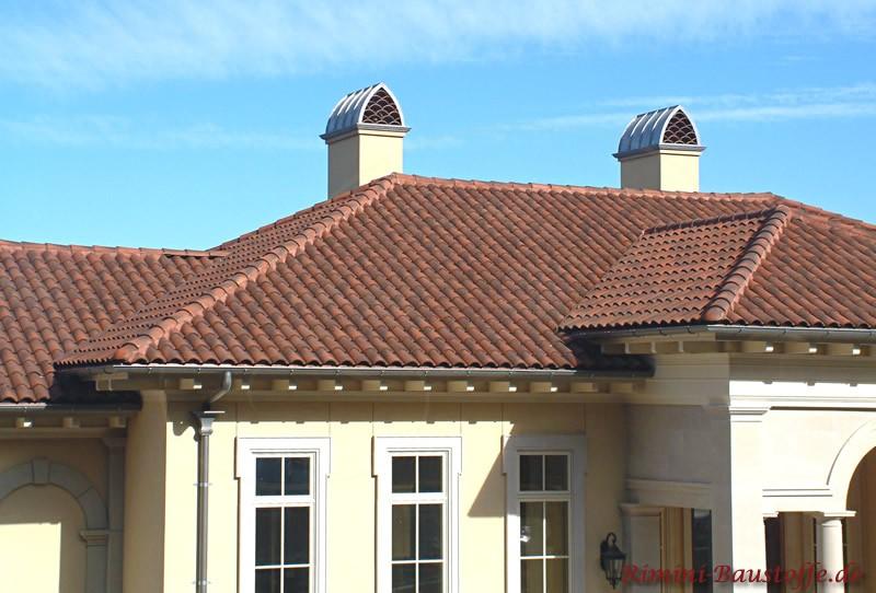 Aufnahme eines Daches eingedeckt mit schönen Dachziegeln in mediterranem Stil