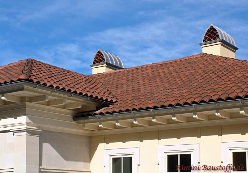 modernes Haus mit schönen braunen Dachziegeln und sehr schönem Schornstein