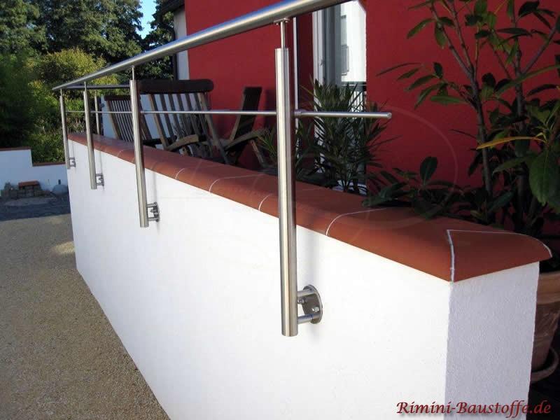 Mauer mit Geländer und schöner Mauerabdeckung