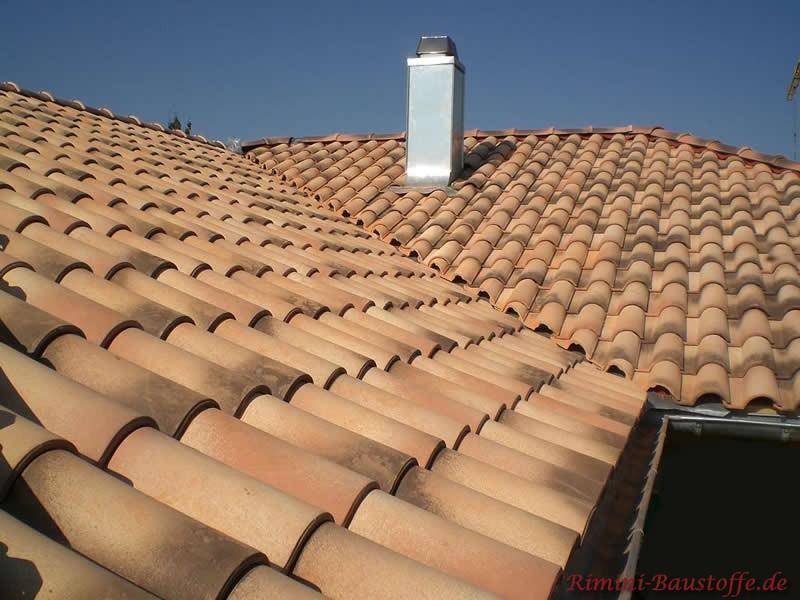 Geschecke Dachpfanne von oben aufgenommen. Die Farbe wird durch Engoben erreicht