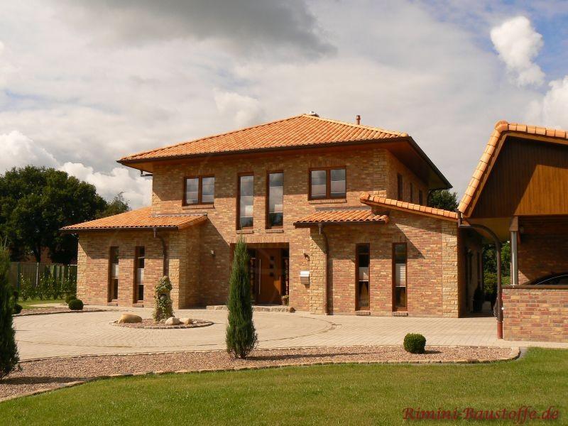 Klinkerbau mit mediterranen Dachziegeln und Bossen