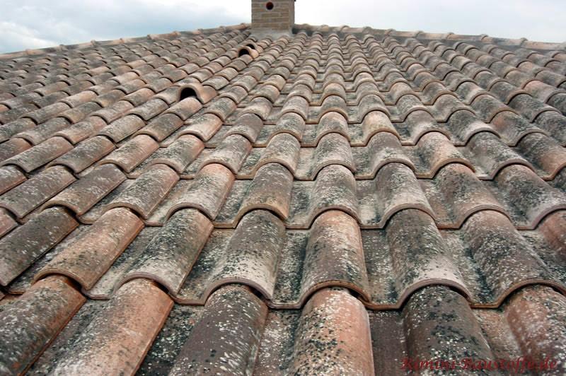 Uralt wirkender Dachziegel, wie er in der Toskana eingesetzt wird. Der Ziegel verfügt über eine stukturiere Oberfläche