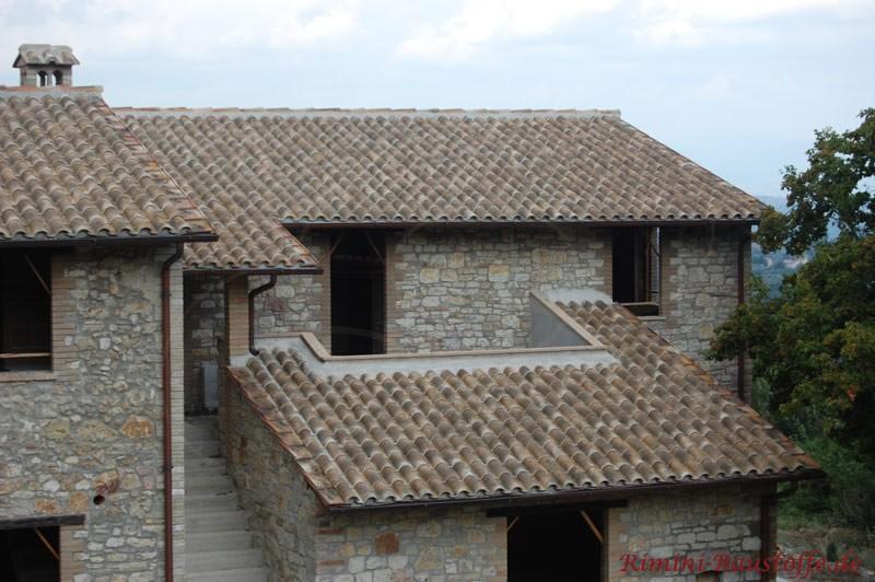 Neues Haus im altem Stil gebaut. Rustikale Fassade und rustikaler Ziegel