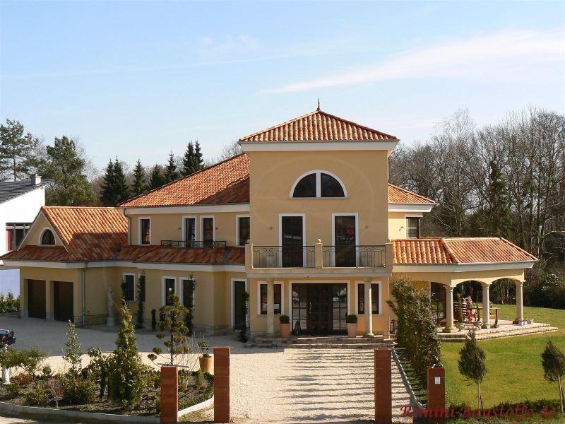 Mediterranes Haus mit großem Turm als Zeltdach