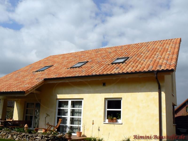 Massivhaus mit Pultdach in warmen Farben
