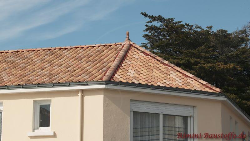 kleines Haus mit buntem Dach und beiger Fassade