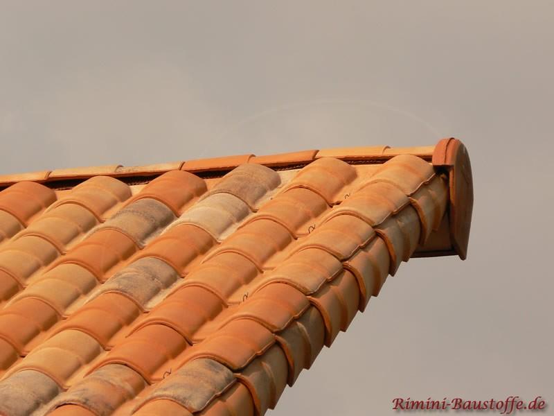 Mediterranes Dach mit Pult und Seitenziegel