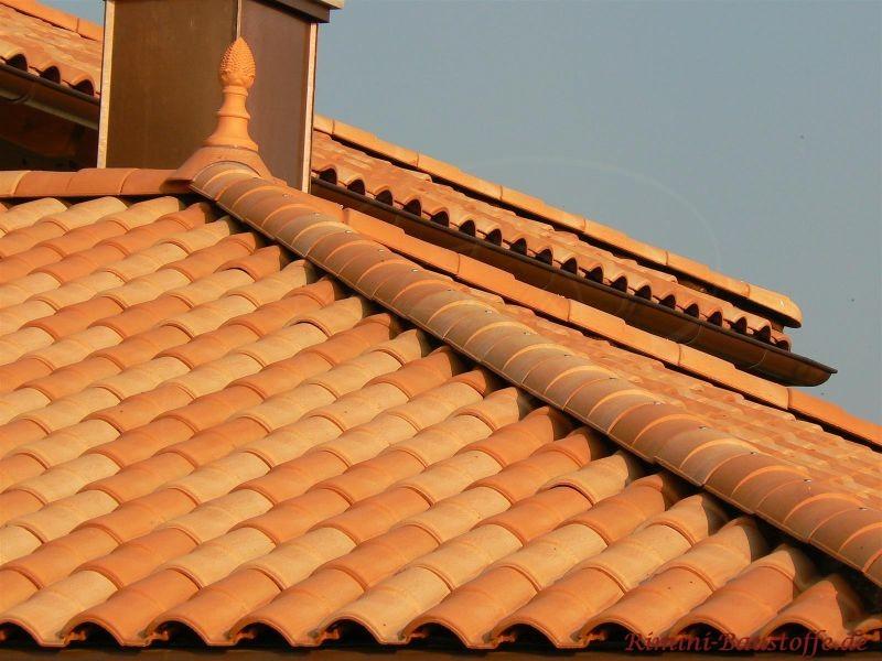 Orange Dacheindeckung mit Dachschmuck aus Ton