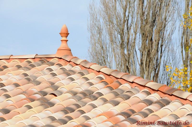 Zierspitze auf einem mediterranen Dach in Sandfarben