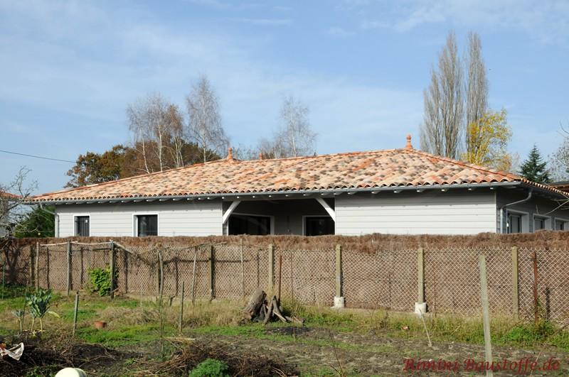 mediterranes Dach in schönen Sandfarben mit Zierspitzen