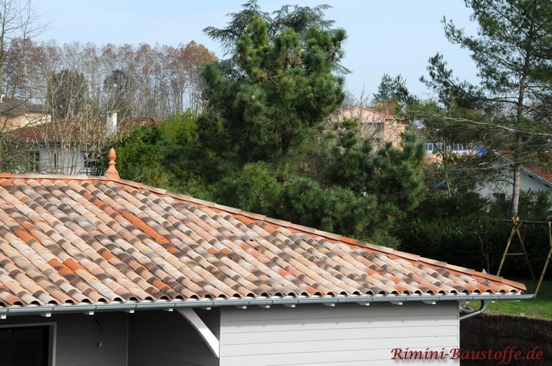 Nahaufnahme des Daches mit einer Zierspitze als Dachschmuck