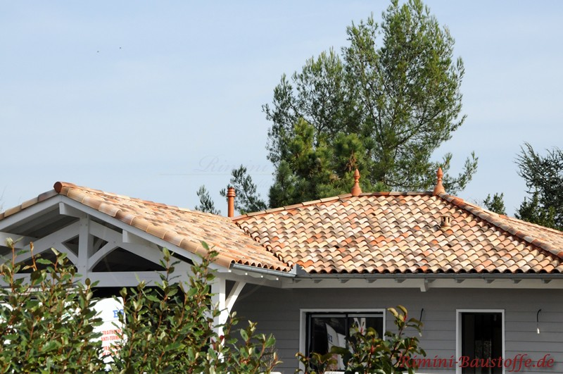 mediterranes Dach zu einer grauen Hozfassade