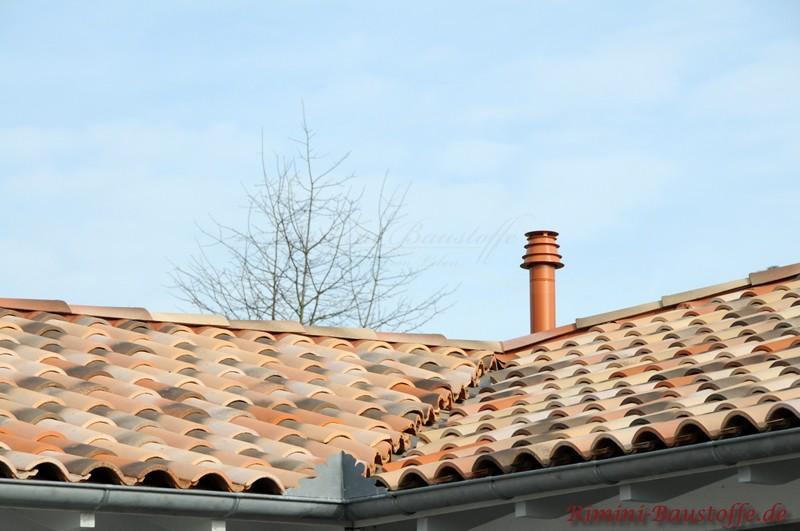 Kehle eines Daches, welches mit mediterranen Ziegeln in Sandfarben gedeckt ist