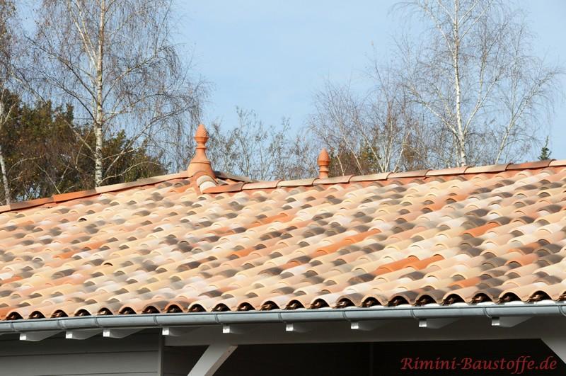mediterranes helles Dach mit alter Oberfläche und schöner Zierspitze als Dachschmuck