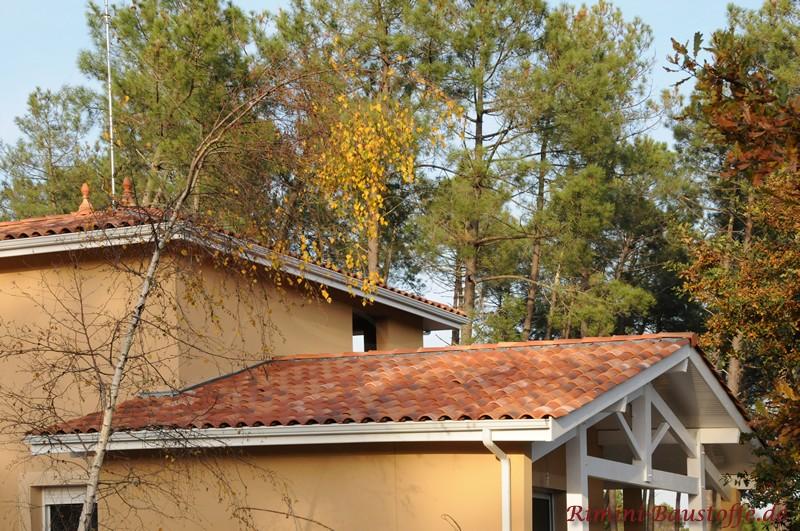 mediterranes Wohnhaus im Süden mit gelber Putzfassade und schönem rötlichen Dach