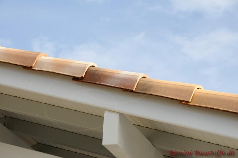 weiße Balken und ein Ortgang mit mediterranen Dachziegeln